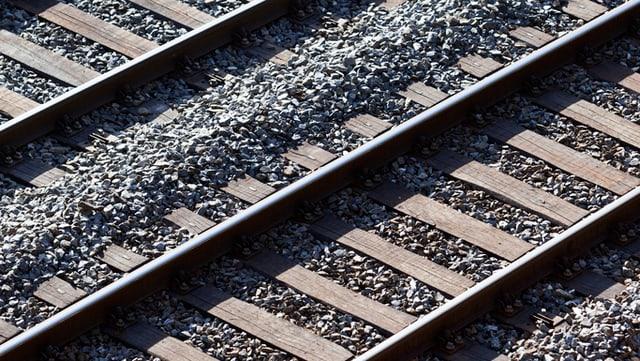 Zuggeleise mit Schotter dazwischen
