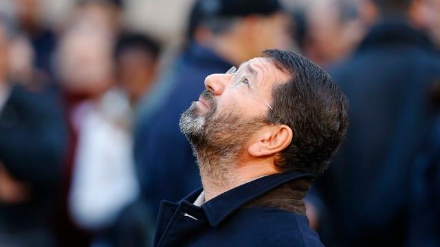 Ignazio Marino blickt in den Himmel