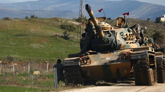 Türkischer Panzer auf einer Strasse