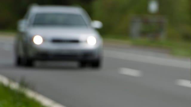 Auto fährt auf einer Strasse.