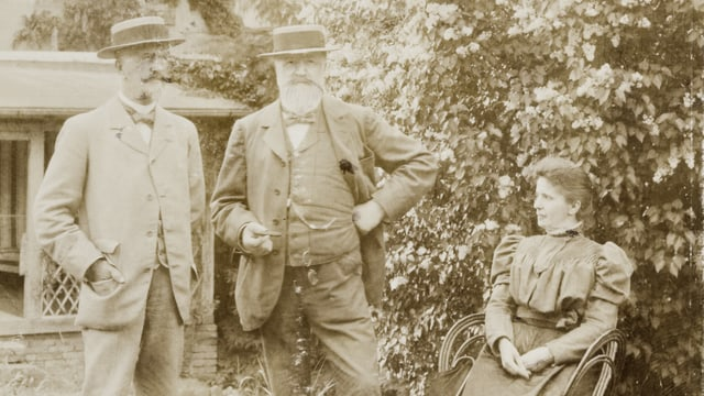 Familienportrait von Hallwyl. Bruder Walther und Hans von Hallwyl posieren im Garten. Daneben seine zweite Frau.