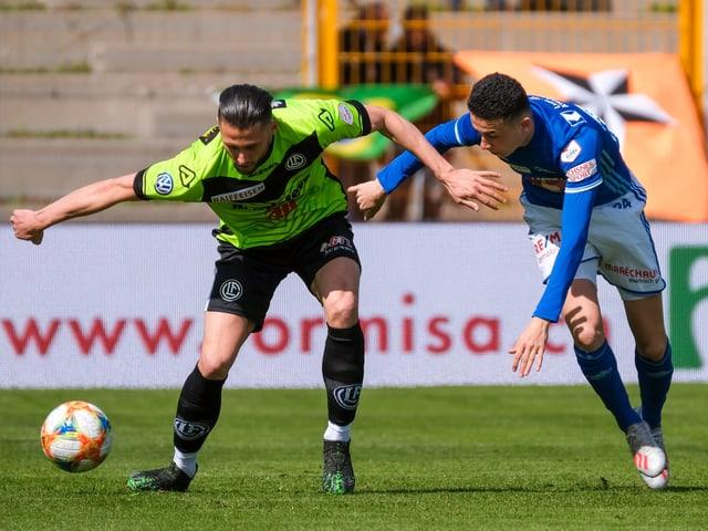 Luganos Fabio Daprela im Zweikampf mit Luzerns Ruben Vargas.