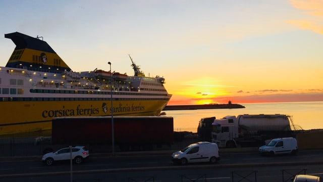 Korsische Fähre bei Sonnenuntergang.