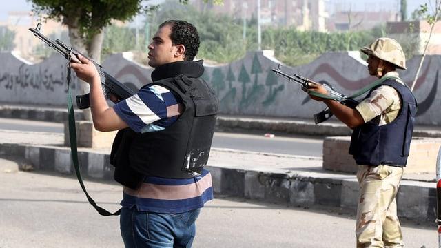 Sicherheitskräfte mit Gewehren