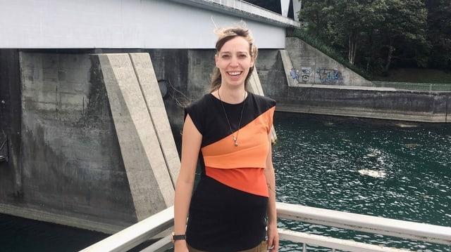 Frau steht auf Brücke in Schaffhausen