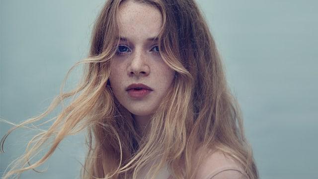 Ein junges Mädchen mit wehenden Haaren.
