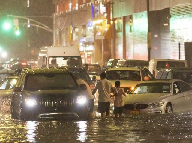 Kaum mehr ein Durchkommen: Autos stecken auf einer Strasse im New Yorker Stadtteil Queens fest.