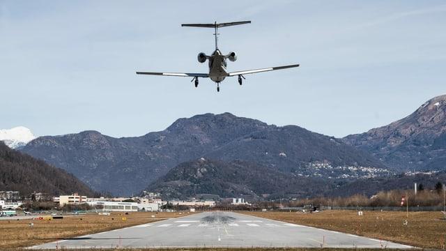 Kleinflugzeug im Anflug auf eine Landepiste in Agno.