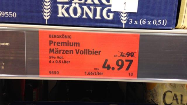 Preisschild für Bier mit zwei Rappen Rabatt.
