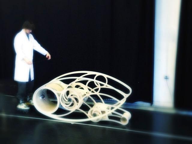 Semni, ein filigraner Holzroboter auf der Bühne.