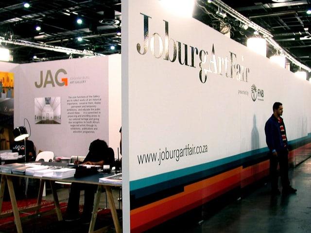 Blick in einen Ausstellungsraum der Joburg Art Fair.