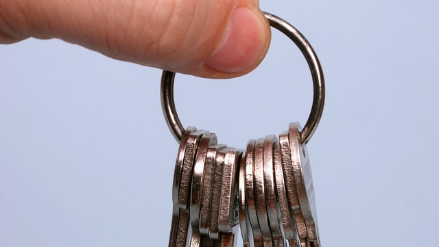 Ein Mann hält einen Schlüsselbund in der Hand