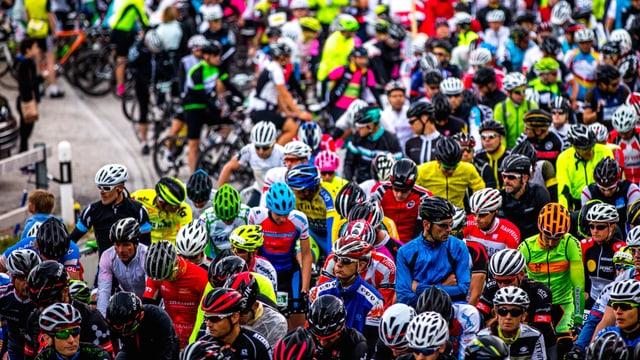 Ciclistas e ciclists che spetgan.