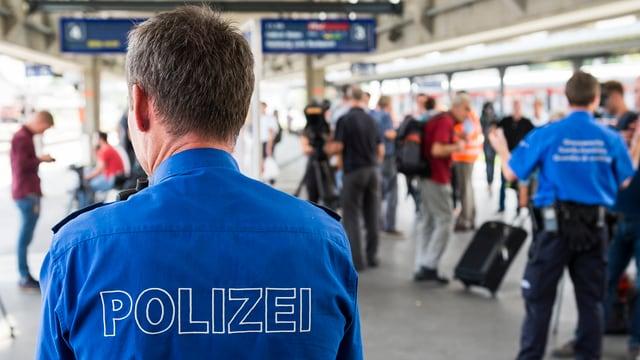 Polizist am Buchser Bahnhof, wo Flüchtlinge aus Österreich ankommen.