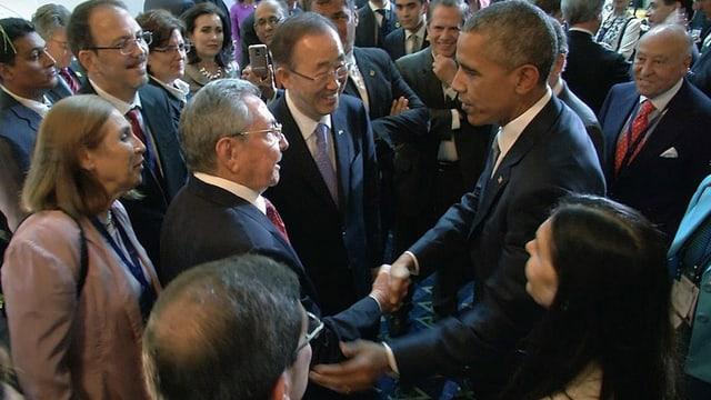 Obama und Castro geben sich die Hände.