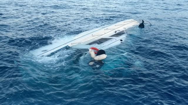 Ein Boot, das grösstenteils unter Wasser ist