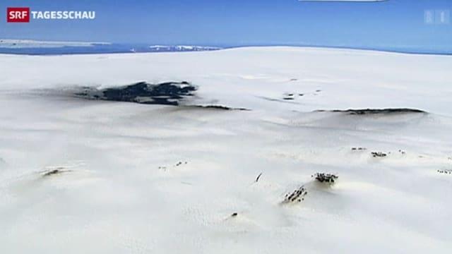 Ein schwarzer Fleck auf einem Gletscher.