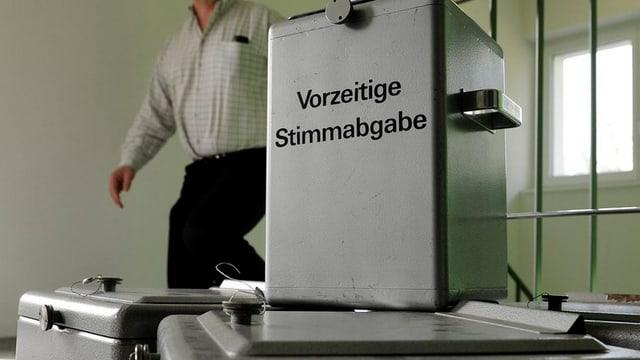 Eine Wahlurne mit der Aufschrift «Vorzeitige Stimmabgabe»