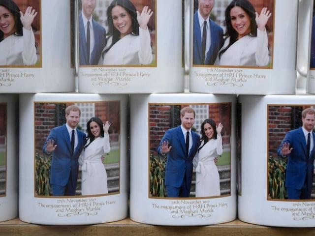 Tassen mit Meghan und Harry abgedruckt.