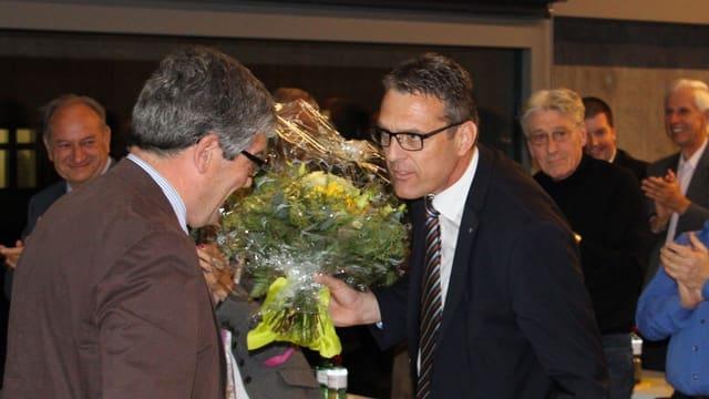 Andreas Felix (dretg) succeda a Jon Domenic Parolini (sanester).