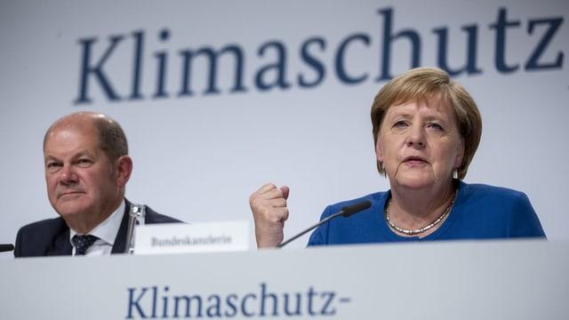 Purtret da Merkel e scholz.