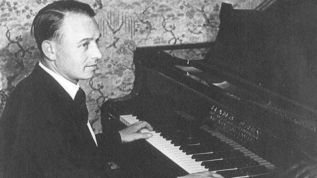 Komponist und Pianist Hans Frey am Flügel.