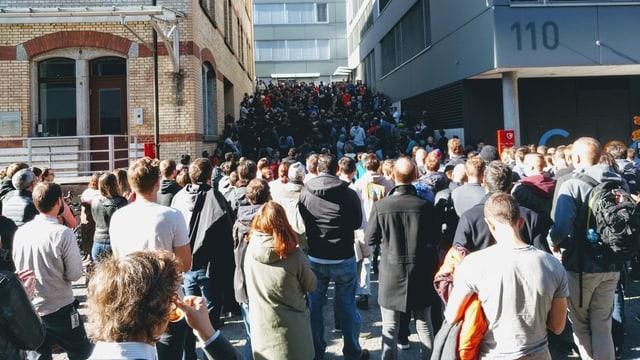 Menschen vor Gebäude