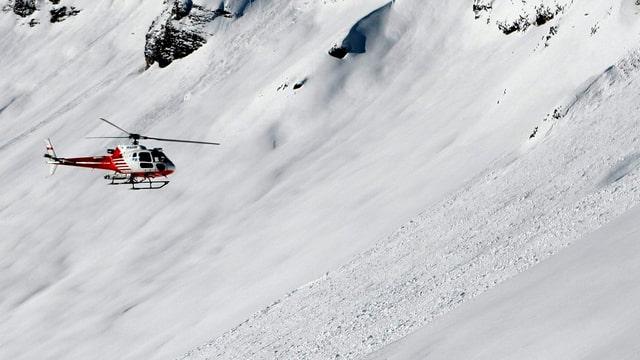 Helikopter fliegt über die Lawine