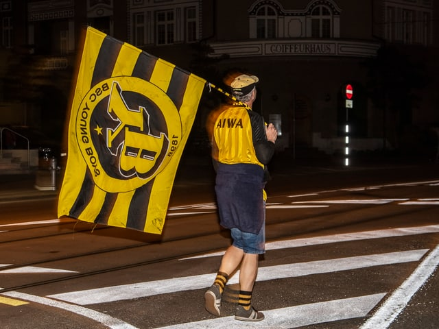 YB-Fan mit Fahne auf dem Heimweg