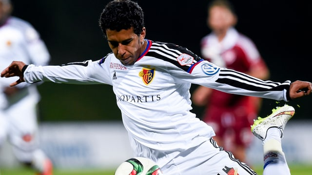 Ahmed Hamoudi drischt auf den Ball ein.