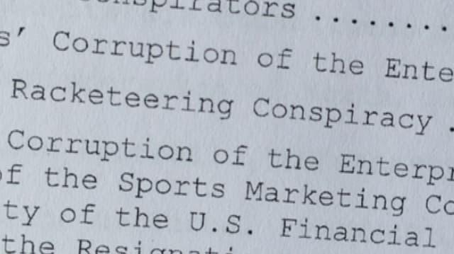 Nahaufnahme der Anklageschrift mit dem Begiff Begriff «Racketeering Conspiracy».