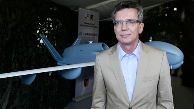 Thomas de Maizière steht vor einem Modell der Drohne Euro Hawk