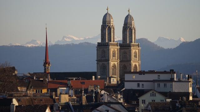 Blick über die Dächer von Zürich auf das Grossmünster.