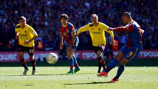 Kevin Phillips trifft in der 105. Minute vor den Augen von Almen Abdi (ganz links) zum 1:0 für Crystal Palace.
