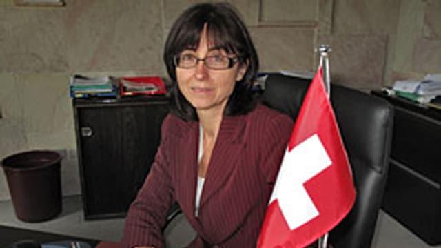 Botschafterin Krauer Müller neben Schweizer Fahne