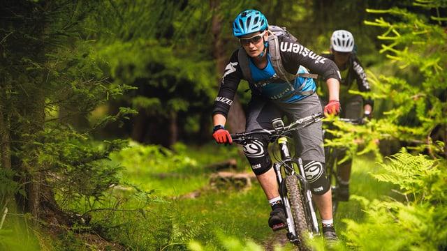 Video «Downhill-Twins in Südtirol: Tiefenmeter jagen auf dem Bike» abspielen