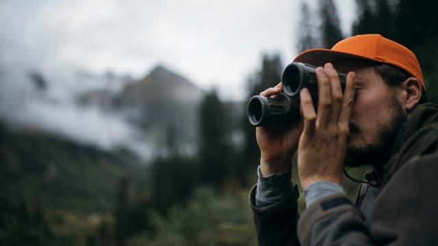 Chatschadur cun binoculars.