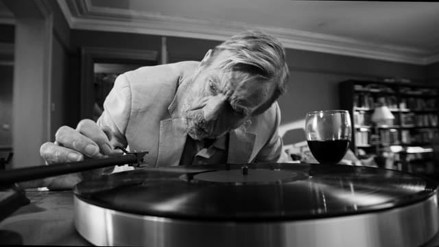 Timothy Spall als Ehemann Bill am Plattenspieler.
