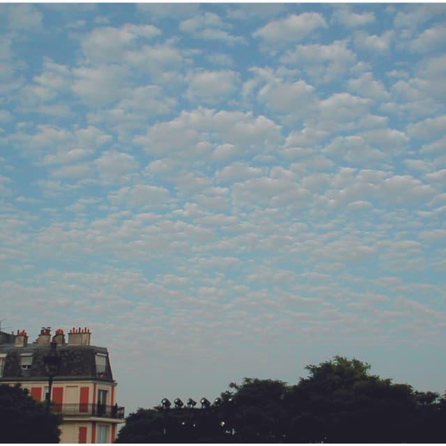 Der Himmel ist von kleinen, haufenförmigen Wolken bedeckt. Die Wolken gleichen einer Schafherde.