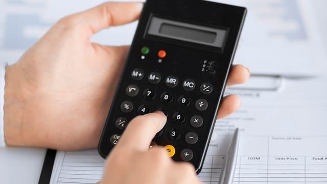 Hände halten eine Taschenrechner