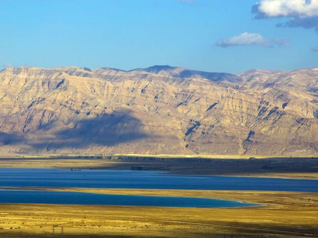 Blick auf das Tote Meer, dahinter Berge