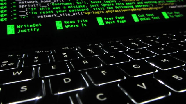 Leuchtende Tastatur und Bildschirm.