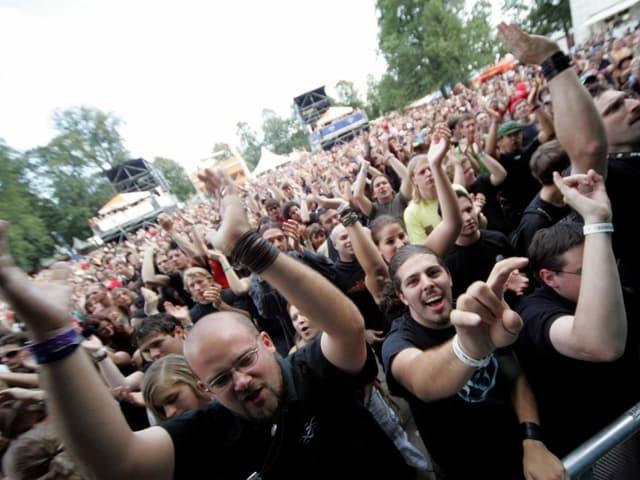 Begeisterte Metal-Fans jubeln einer Band zu