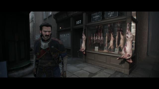 Galahad vor einer Fleischerei mit ausgehängten Schweinen und Hühnern.