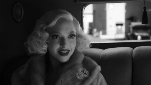 Amanda Seyfried in einem schwarzweissen Filmbild von «Mank».
