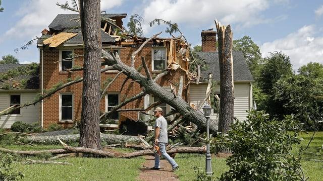 Ein Mann vor seinem zerstörten Haus