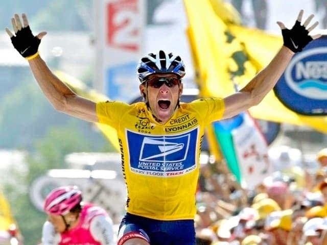 Lance Armstrong überquert die Ziellinie.