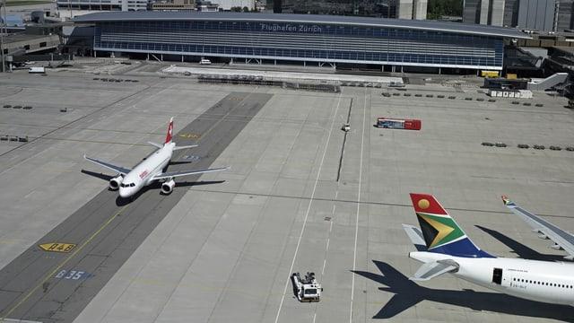 Das Passagierterminal am Flughafen Zürich von der Rollbahn aus fotografiert.