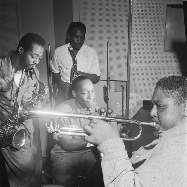 Schwarz-weiss-Aufnahme von Fats Navarro, Charlie Rouse, Ernie Henry, Tadd Dameron in einer Session