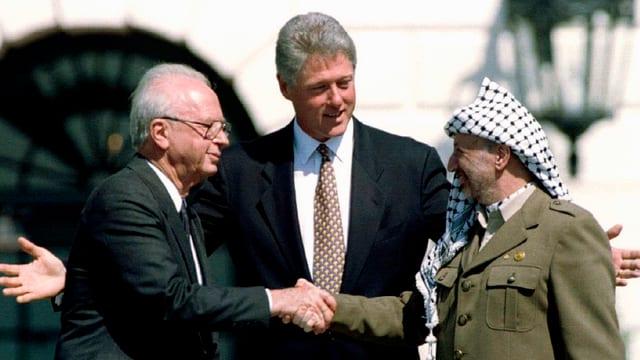 Vor 22 Jahren reichten sich der damalige israelische Regierungschef Izchak Rabin und PLO-Führer Jassir Arafat, die Hände zum Frieden.